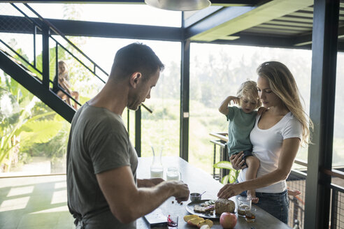 Family preparing healthy breakfast in comfortable kitchen - SBOF00892