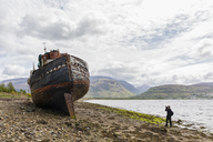 UK, Scotland, Highland, photographer taking picture of ship wreck at the beach of Corpach - FOF09404