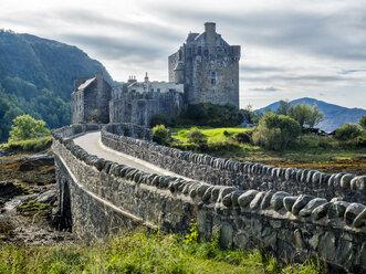 UK, Scotland, Loch Alsh, Kyle of Lochalsh, Eilean Donan Castle - STSF01395