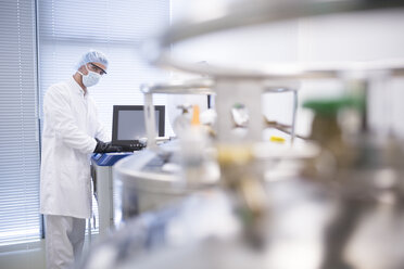 Scientist in lab with cryo store - WESTF23634
