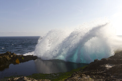 Indonesia, Bali, Nusa Lembongan, Devil's Tears, rocky coast and wave - ZCF00561