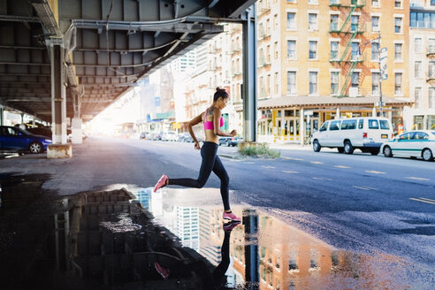 Woman training in the morning in Manhattan near Brooklyn Bridge - GIOF03346
