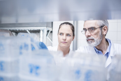 Portrait of two scientists in lab - WESTF23721