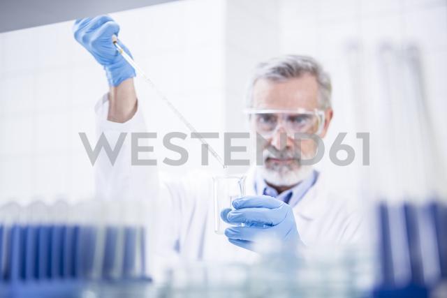 Scientist working in lab pipetting - WESTF23733 - Fotoagentur WESTEND61/Westend61
