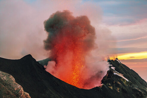Italy, Aeolian Islands, Stromboli, volcanic eruption, lava bombs - THGF00032