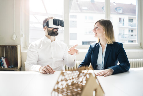 Woman and man with house model and VR glasses in office - JOSF01912
