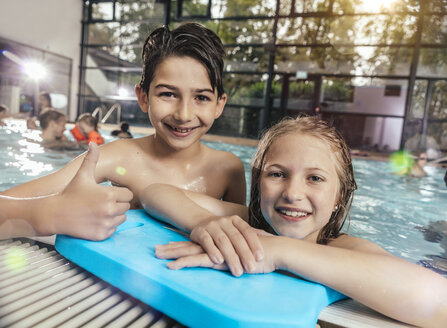 Portrait of smiling boy and girl in swimming pool - MFF04207