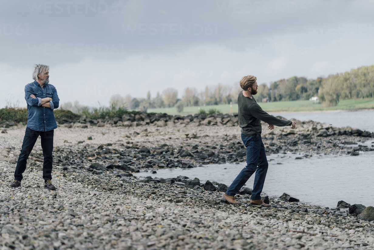 Father and son spending time together, son skipping pebbles - KNSF02926 - Kniel Synnatzschke/Westend61