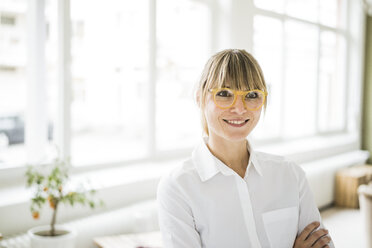Portrait of smiling woman wearing glasses - JOSF01986