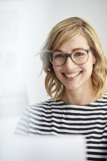 Portrait of smiling blond woman, glasses, pc - PNEF00370