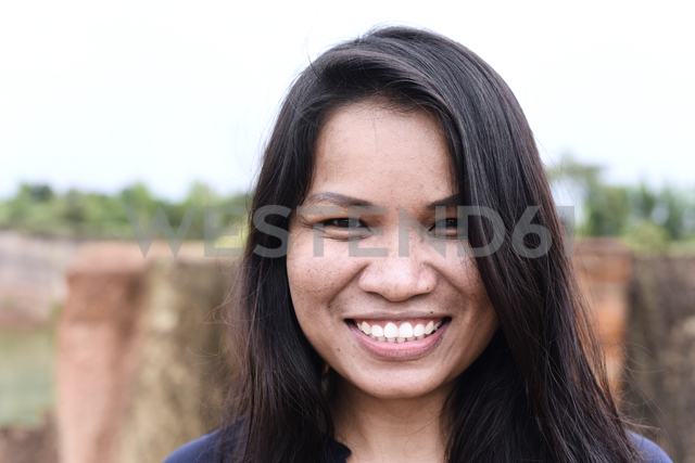Thailand, Chiang Mai, portrait of smiling young woman - IGGF00193