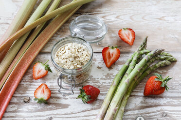 Green asparagus, strawberry, rhubarb and oat flakes - EVGF03278