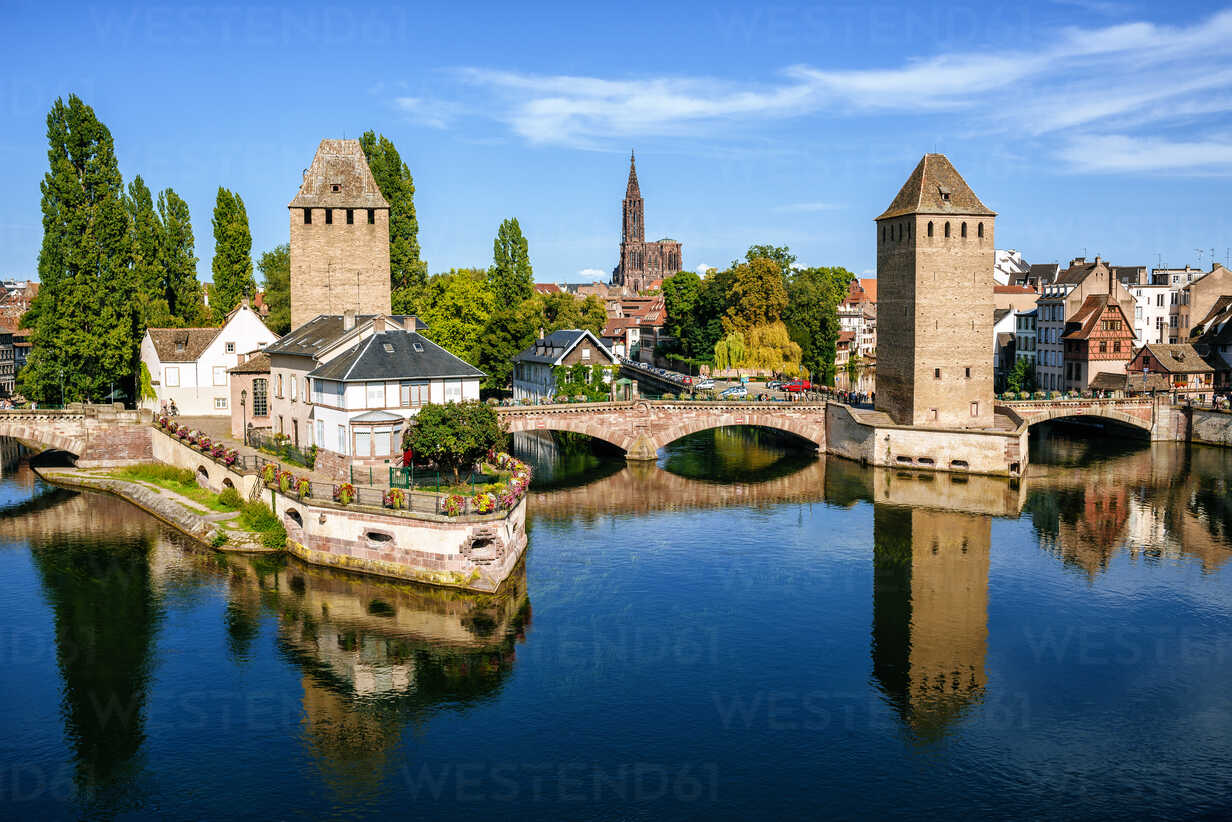 France, Strasbourg, the old towers of the city and the cathedral in the background - KIJF01726 - Kiko Jimenez/Westend61