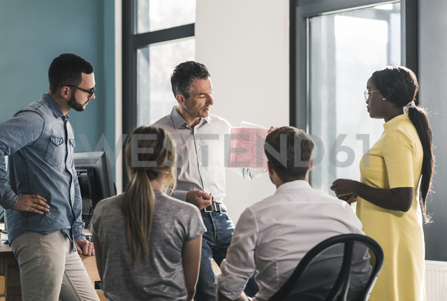 Business people having a meeting in office - UUF12393 - Uwe Umstätter/Westend61