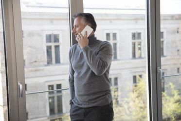 Businessman using smartphone - SUF00389