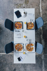 Meeting table with pizza - JOSF02089