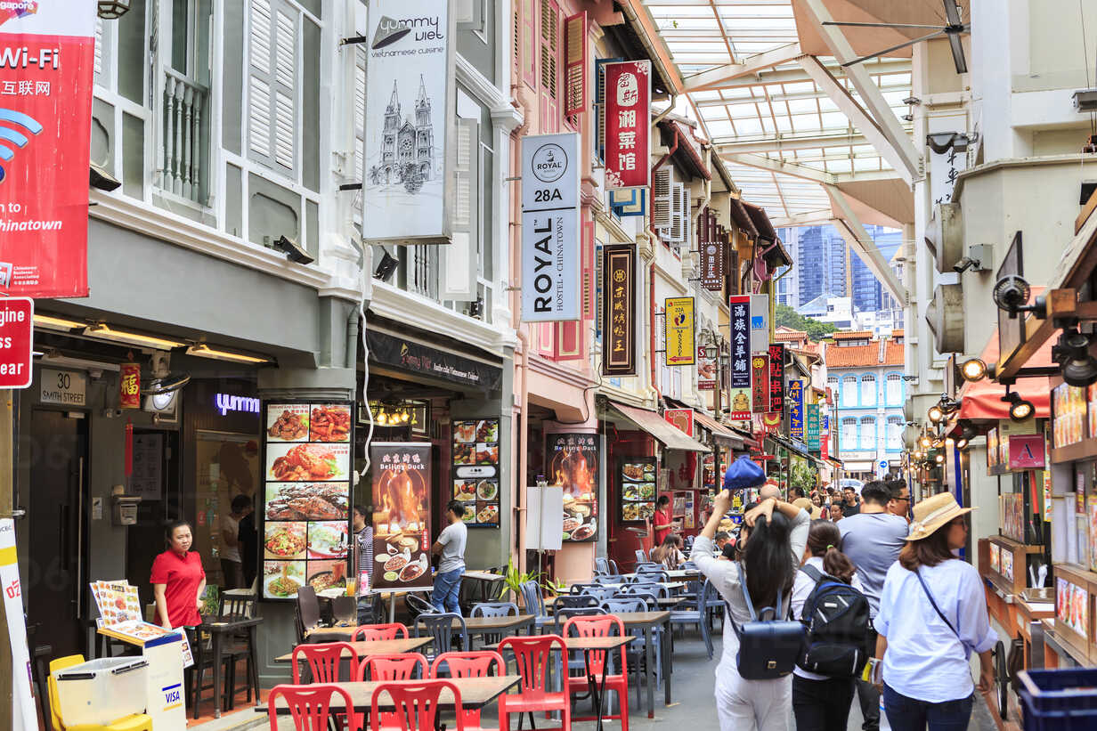 Singapore, Chinatown, typical snack bar - VT00612 - Val Thoermer/Westend61