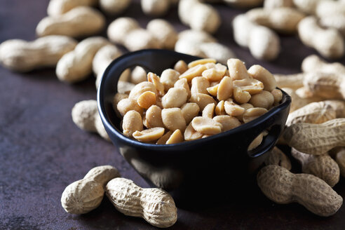 Bowl of salted peanuts - CSF28616