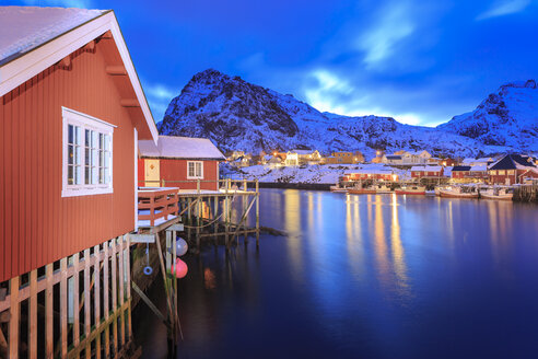 Norway, Lofoten Islands, Fishing village Sorvagen at night - VTF00617