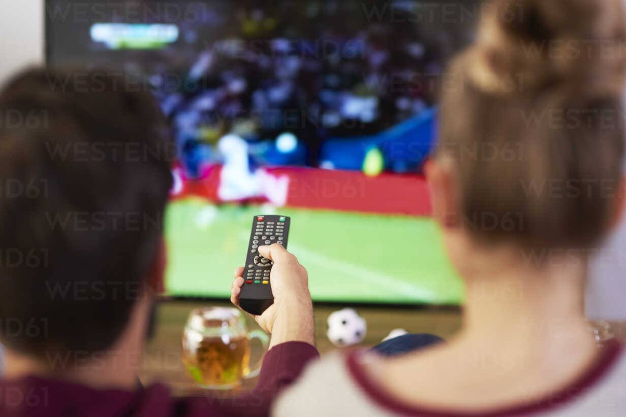 Couple watching football match on Tv - ABIF00085 - gpointstudio/Westend61