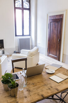 Laptop on table at home - GIOF03592