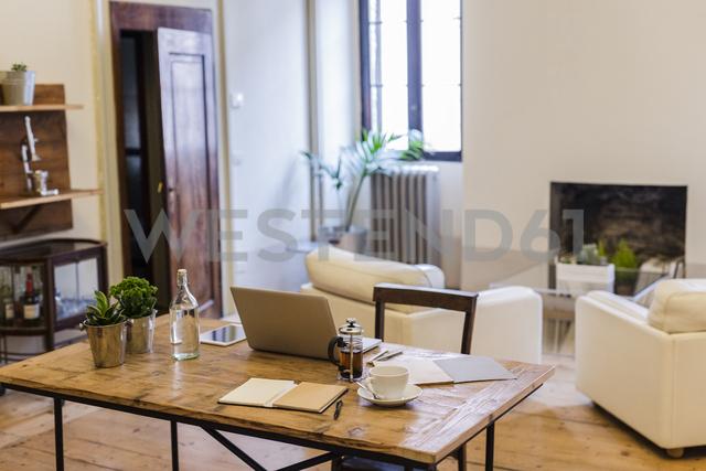 Laptop on table at home - GIOF03595 - Giorgio Fochesato/Westend61