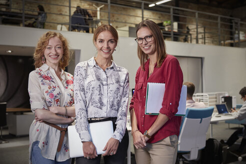 Group portraits of female colleagues in office, holding files - WESTF23853
