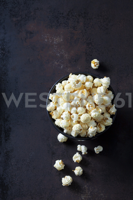 Bowl of popcorn on rusty background - CSF28652