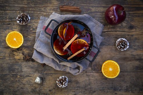 Cooking pot of mulled wine with orange slices, cinnamon sticks, star anise and cloves at Christmas time - LVF06545