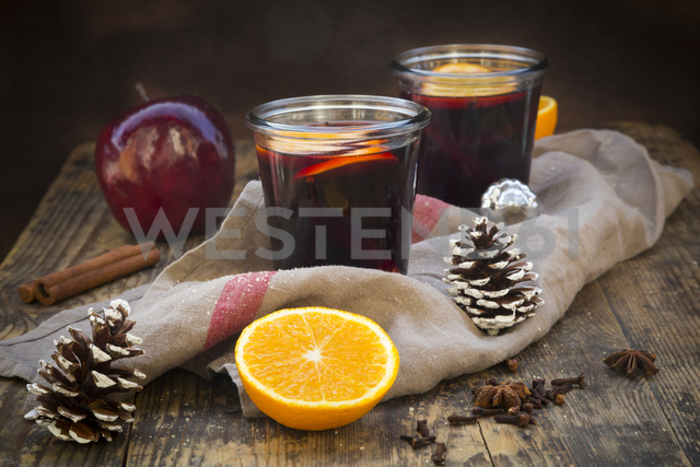 Two glasses of mulled wine with orange slices at Christmas time - LVF06548