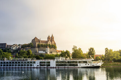 Germany, Baden-Wuerttemberg, Breisach, Old town, View to Breisach Minster, tourboat in the foreground - PUF01015