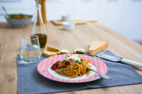 Spaghetti with cherry tomatoes and basil on a plate - GIOF03718