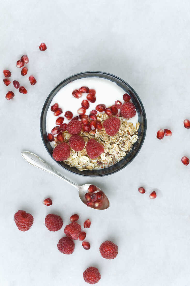 Bowl of fruit muesli with raspberries and pomegranate seed - ASF06138 - Achim Sass/Westend61