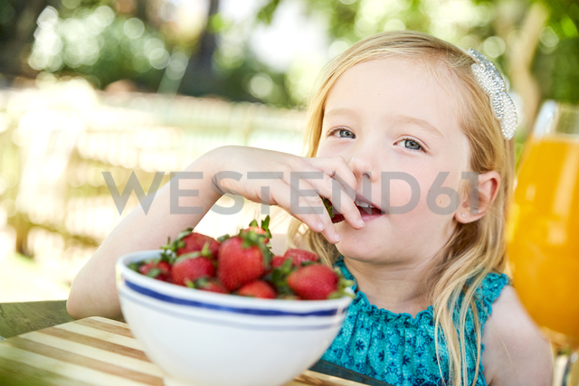 Portrait of girl eating stawberries - SRYF00591