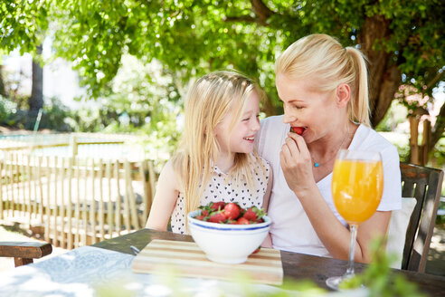 Girl with mother eating stawberries - SRYF00594