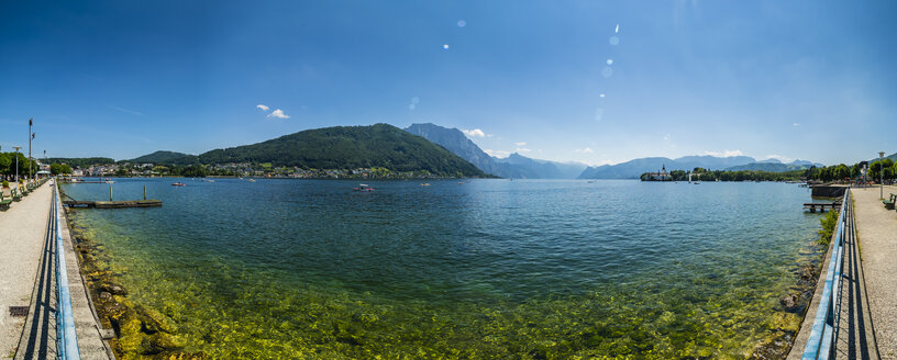 Austria, Upper Austria, Salzkammergut, Gmunden, Traunsee, Panoramic view of waterfront promenade - AMF05588