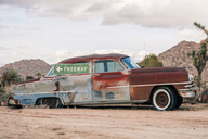 USA, California, Joshua Tree, oldtimer with Freeway-sign - WVF00851