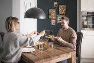 Couple eating salad at dining table at home - MOEF00591