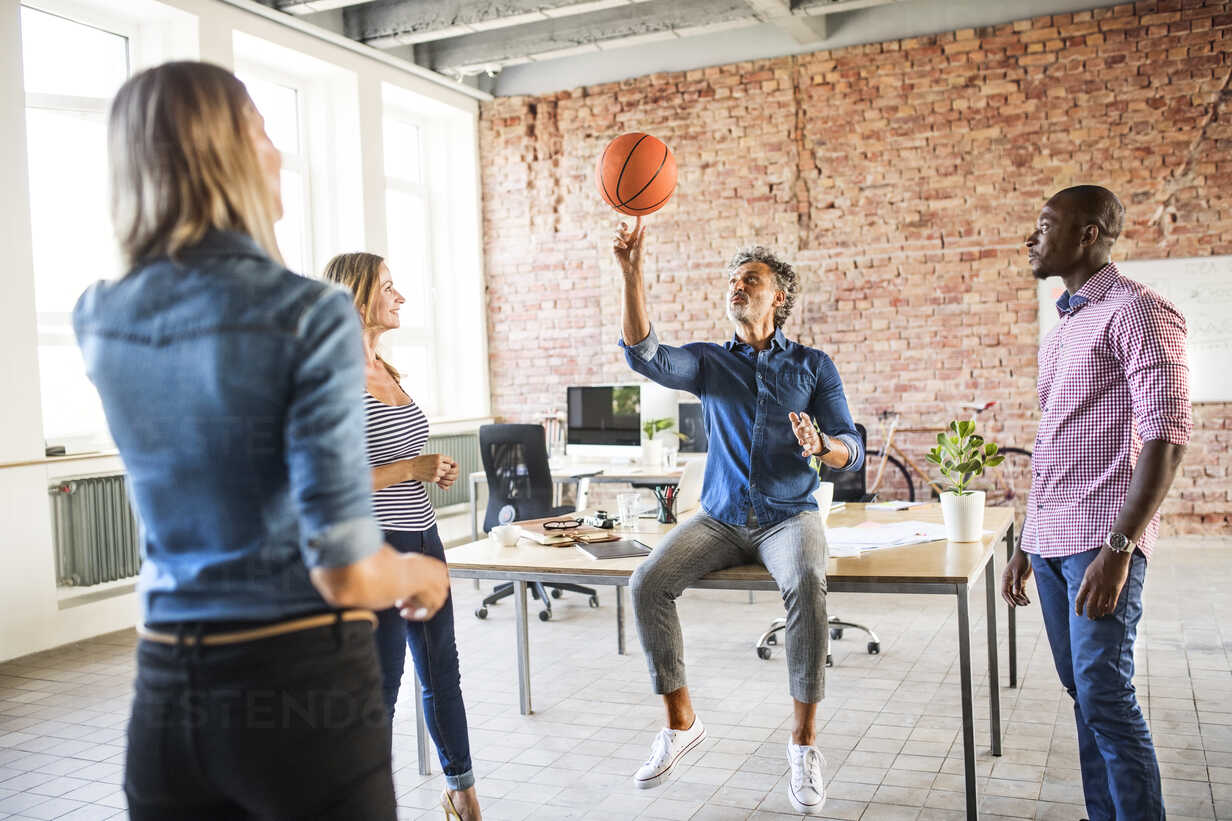 Colleagues playing basketball in office - HAPF02623 - HalfPoint/Westend61