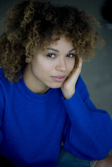 Portrait of woman wearing blue pullover - HHLMF00051