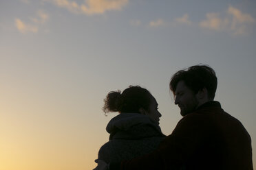 Silhouette of young couple outdoors at sunset - HHLMF00097
