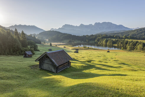 Germany, Bavaria, Werdenfelser Land, lake Geroldsee with hay barn, in background the Karwendel mountains - RPSF00081