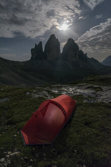 Italy, Sexten Dolomites, Tre Cime di Lavaredo, Nature Park Tre Cime, red tent in the foreground - RPSF00102