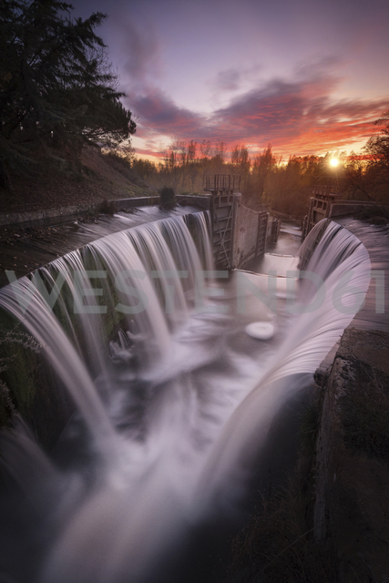 Spain, Palencia, Canal de Castilla, waterfall, long exposure of waterfall at sunset - DHCF00171