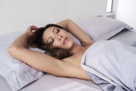 Portrait of woman sleeping in bed without pyjama - IGGF00350