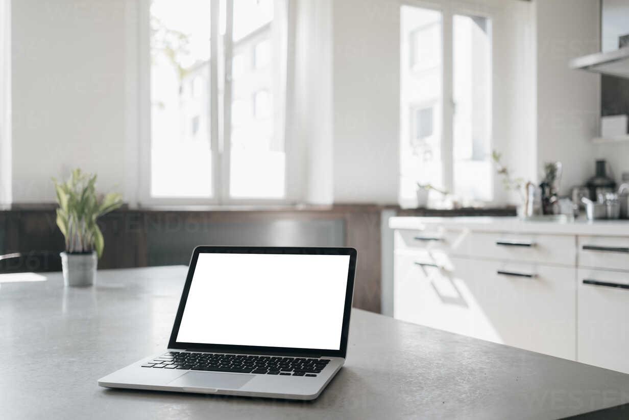 Laptop on table in a loft - KNSF03433 - Kniel Synnatzschke/Westend61