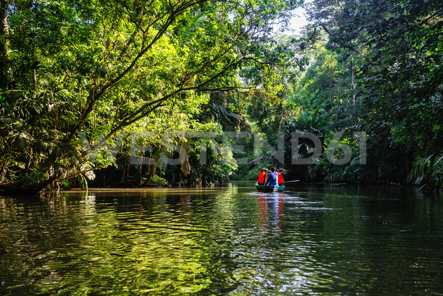Costa Rica, Tortuguero, Tourists canoeing through the mangroves of Tortuguero - KIJF01881 - Kiko Jimenez/Westend61