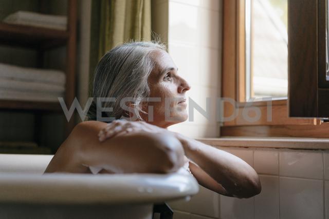 Portrait of pensive woman in bathtub looking out of window - KNSF03483 - Kniel Synnatzschke/Westend61