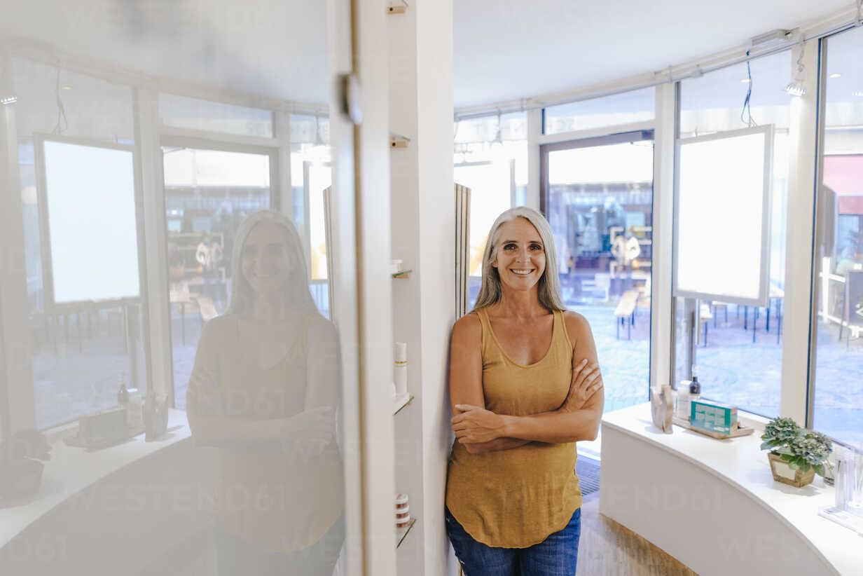 Portrait of smiling businesswoman in her shop - KNSF03519 - Kniel Synnatzschke/Westend61