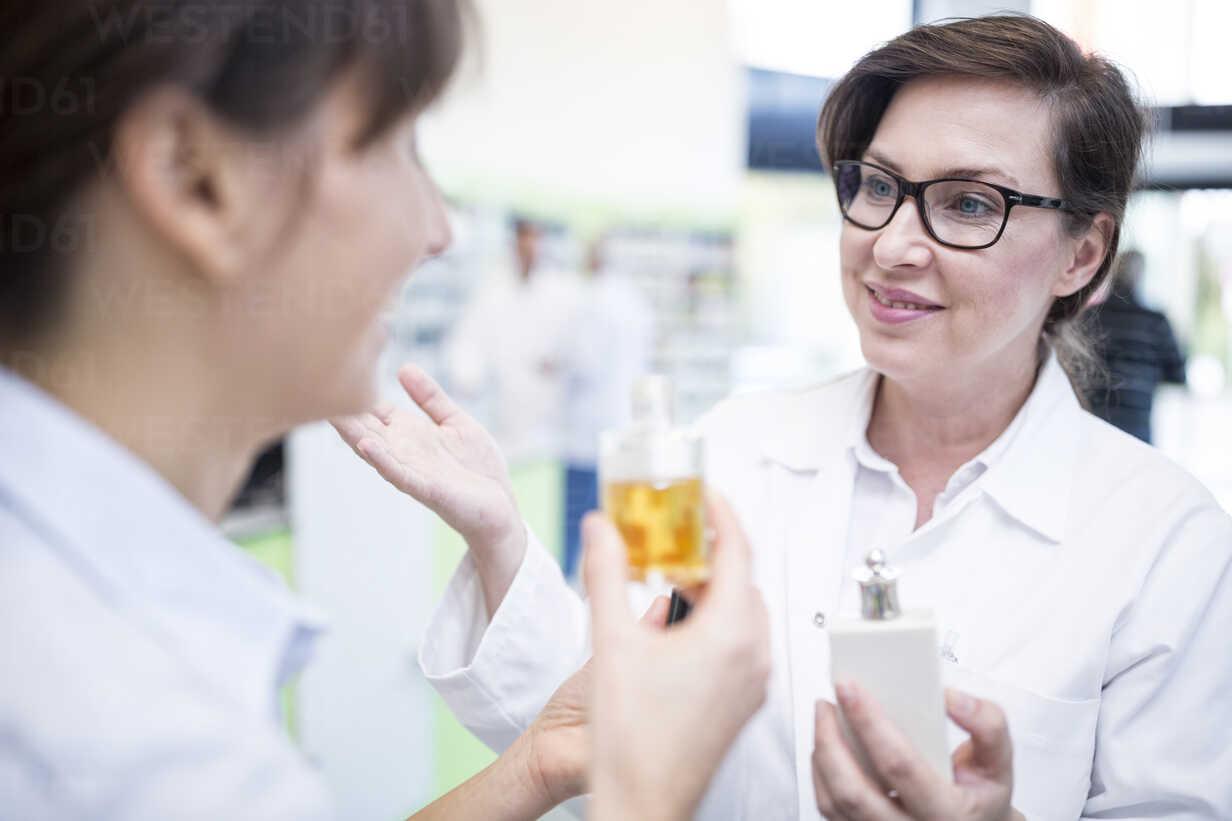 Pharmacist advising customer in pharmacy - WESTF23916 - Fotoagentur WESTEND61/Westend61